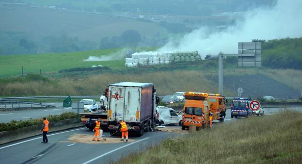 Wimille (62)  : un camion roumain accidenté, l'A16 coupée une bonne partie de la matinée
