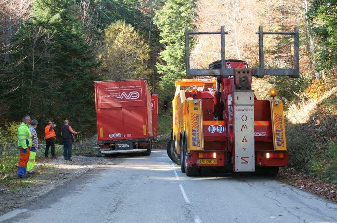 Chichilianne / Diois ( 26 ): le semi-remorque avec «son chauffeur roumain» s'était engagé sur une petite route de montagne…<img238 center>