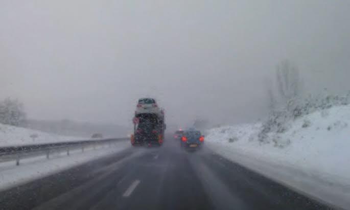 Incroyable: un camion qui double à pleine vitesse sur une autoroute enneigée !