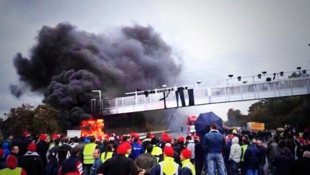 Un transporteur et un chauffeur routier étaient interrogés lundi dans le cadre de l'enquête sur la destruction d'un portique dans le Morbihan.