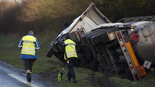 Encore un malaise / RN 176 fermée : Après l'accident, le kérozène du camion transvasé