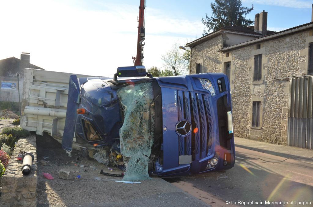 Mongauzy (33) : Un camion renversé en plein bourg