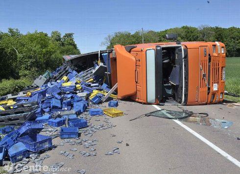 SAINT-OUEN-SUR-LOIRE (58) /  Accident de la circulation : un camion couché sur la route