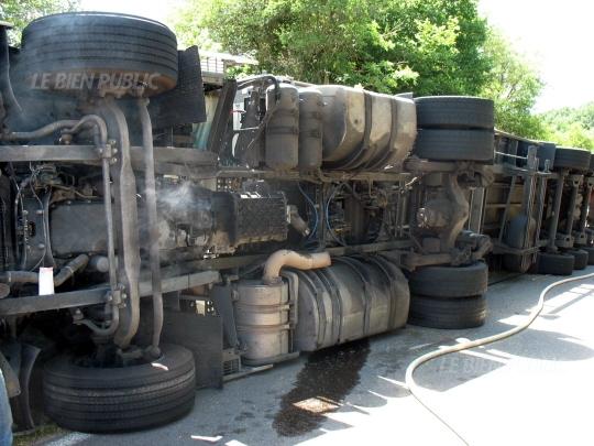 Chanceaux (21) : un camion de paille couché sur la route