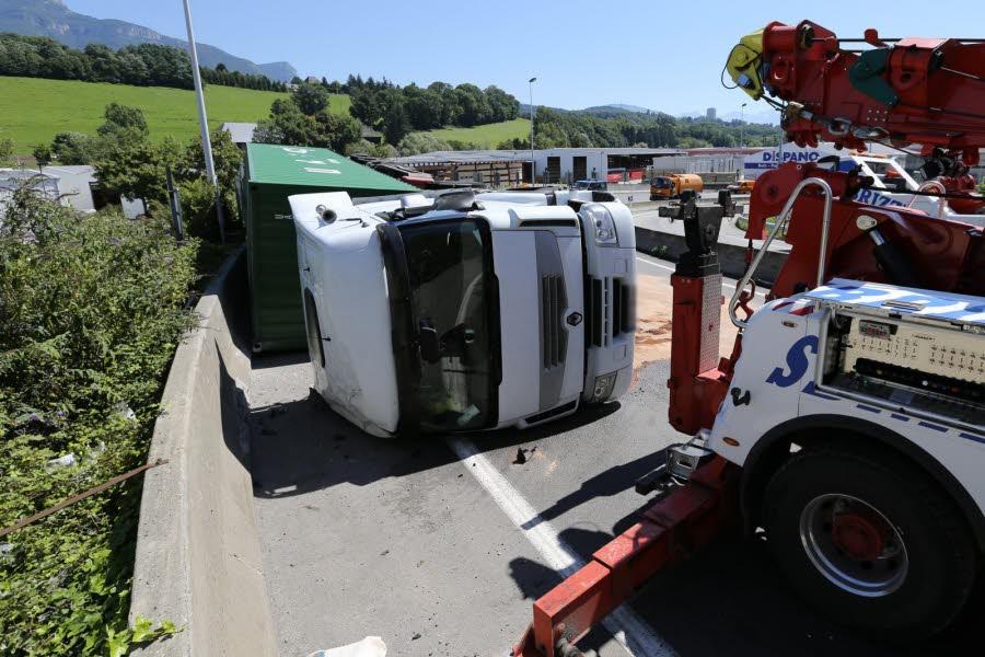 CHAMBERY / Un camion se renverse sur la bretelle d'autoroute de l'A43