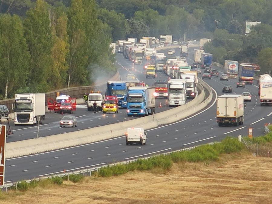BOLLENE (84) /  Un camion prend feu sur l'A7, 4 km de bouchons