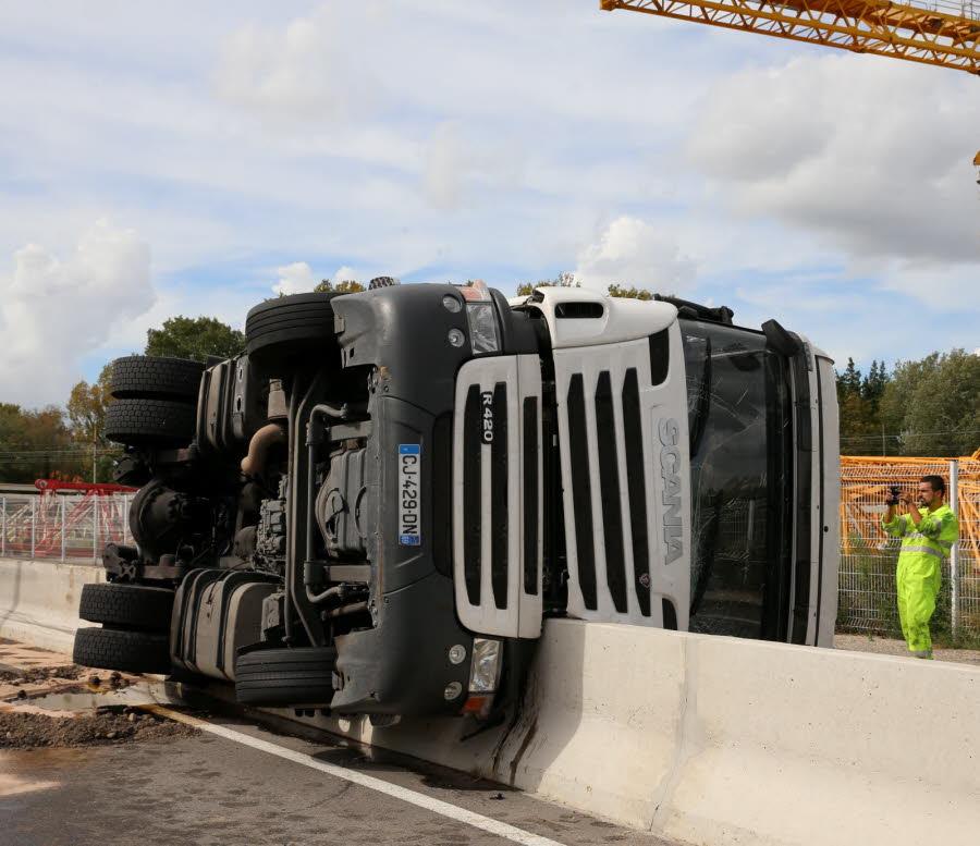 SORGUES (84) Le camion se couche sur la glissière