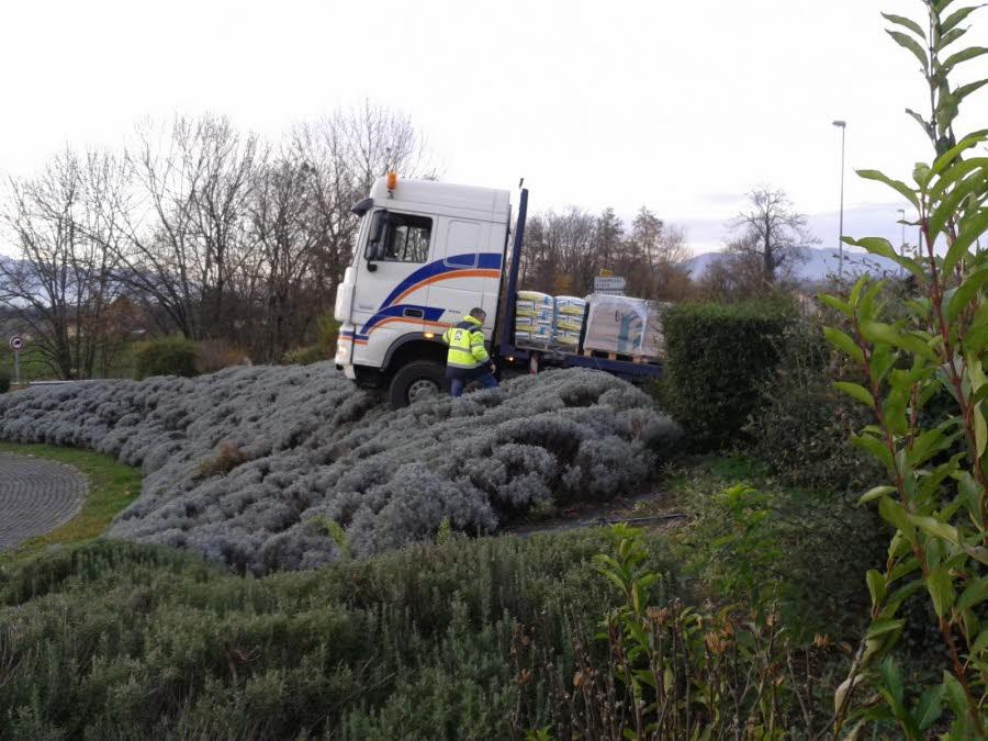 ISÈRE / Voiron : un camion escalade un rond-point…