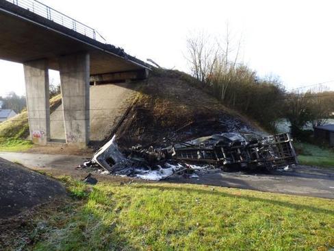 Château-Renault (37) : un camion tombe d'un pont, le chauffeur tué