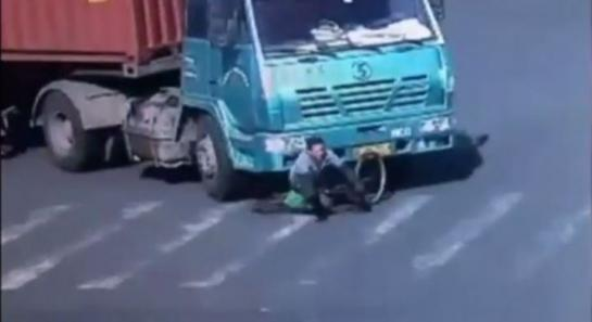 VIDEO / Chine : un cycliste passe sous un camion et s'en sort indemne