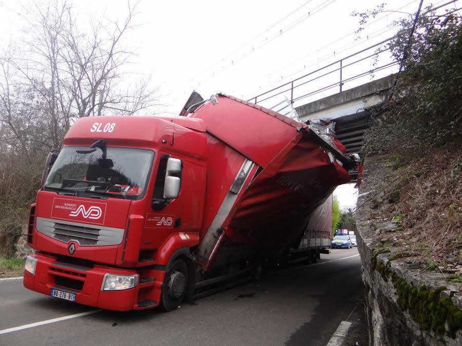ARDÈCHE (07) : Poids-lourd bloqué sous un pont : la RD86 rouverte