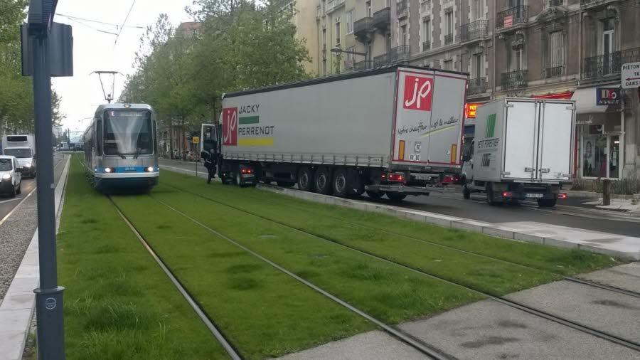 ISÈRE Grenoble : un camion en fâcheuse posture