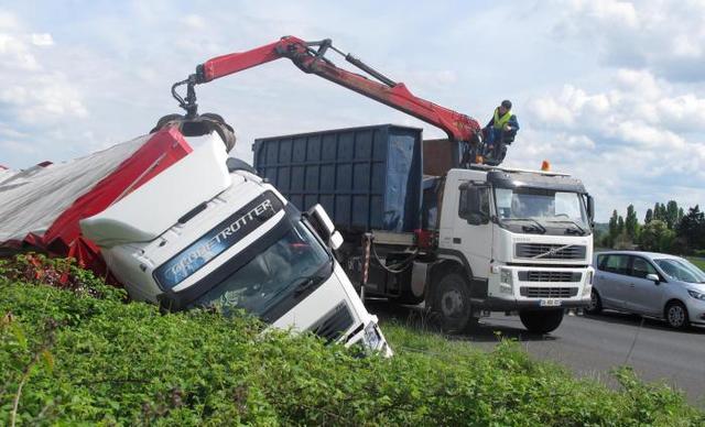 A 10 : le camion  ( portugais au hasard) se couche dans le fossé