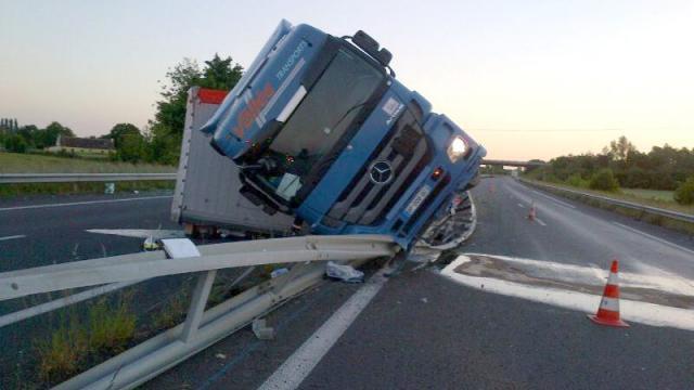 Sarthe. Spectaculaire accident de poids lourd sur l'autoroute A11