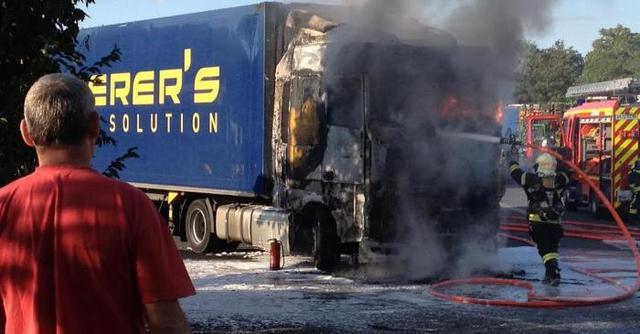 POITIERS (86)  /  Feu de camion au centre routier