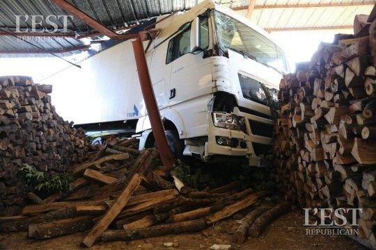 HAUTE-SAÔNE : UN CAMION FOU S'ENCASTRE DANS UN HANGAR