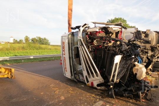 DEMIGNY (71)  :  Un camion accidenté sur l'A6 a été relevé
