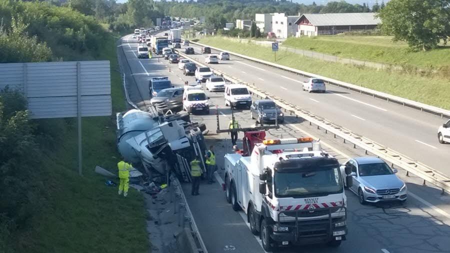 haute-savoie / Un camion de ciment se renverse sur l'A41