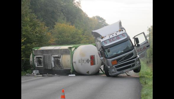 Morbecque (59) : la D 916 paralysée après l'accident d'un camion-citerne