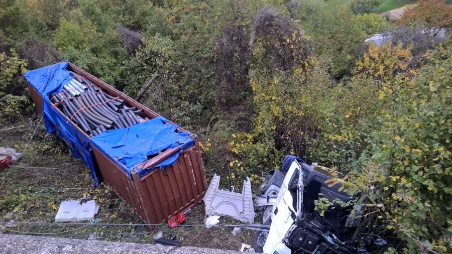 ARDÈCHE/ VITESSE.  Un camion chute de plusieurs mètres, le chauffeur décède