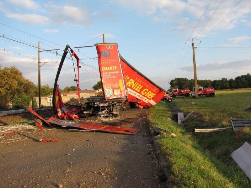 <img1097|center>  un TER percute un camion en Gironde, quinze blessés
