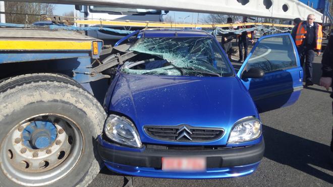 Belgique/ Spectaculaire accident à Jumet: une voiture s'encastre sous un camion immobilisé en travers de la route <img1170|center>
