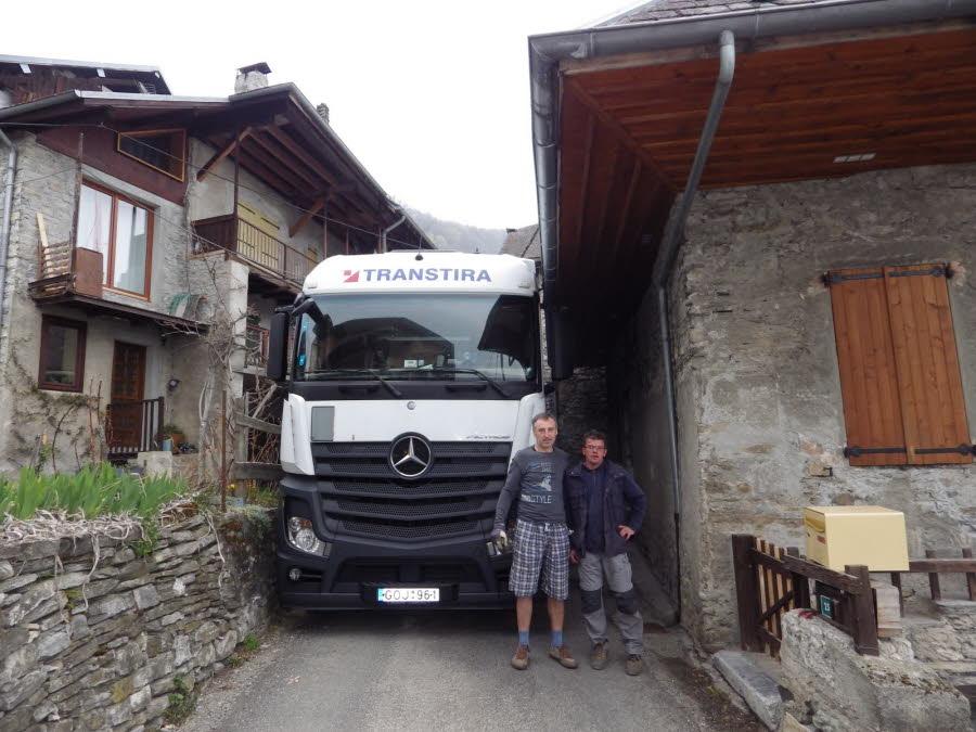 <img1211 center>  SAINT-PIERRE-D'ALBIGNY/  Après 35 heures, le camion lituanien enfin dégagé de la ruelle