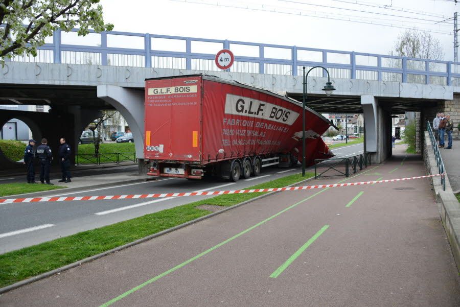 AIX-LES-BAINS Encore un camion coincé sous le pont SNCF !