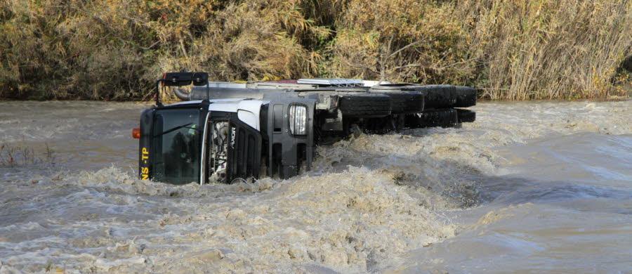 METEO  / Caderousse (84) : une grue pour sortir le camion