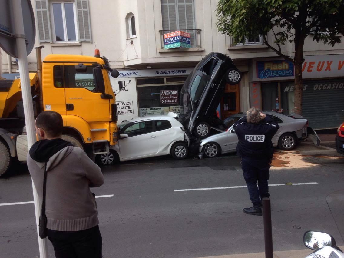 Le conducteur du camion fait un malaise et emboutit quatre voitures