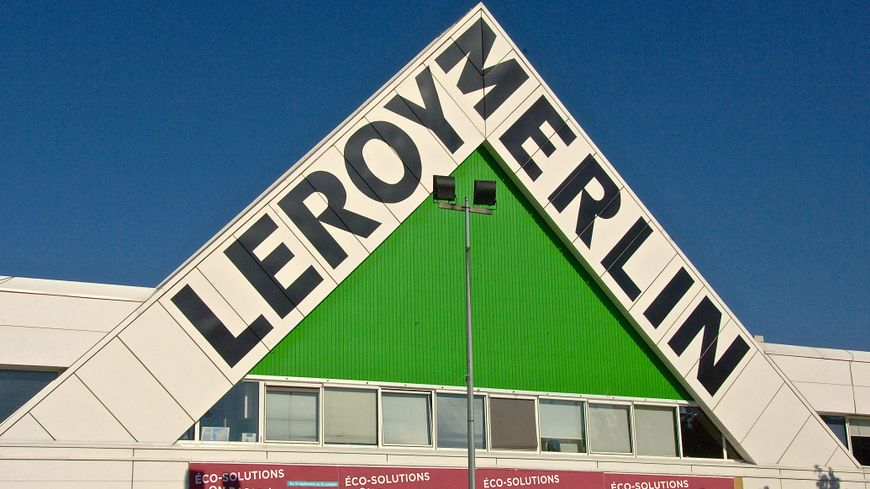 Dordogne : un chauffeur de camion écrasé par des palettes en déchargeant son camion chez Leroy-Merlin