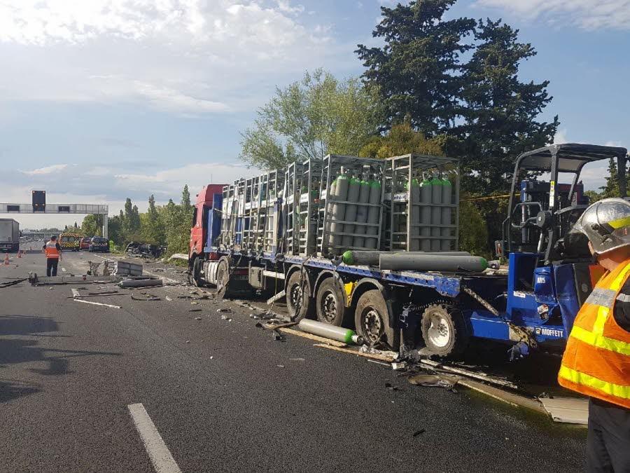 ORANGE (84)  Spectaculaire collision entre deux camions