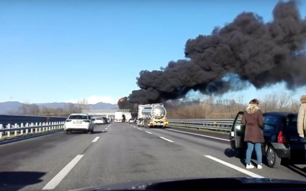 Italie : une voiture française percute un camion-citerne, six morts