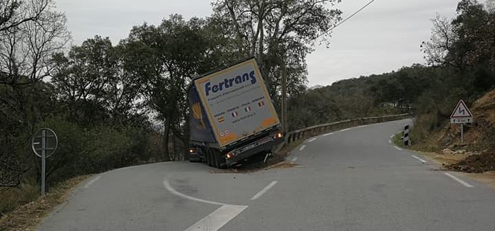 Un camion rate sa manœuvre et bloque la route du Plan-de-la-Tour