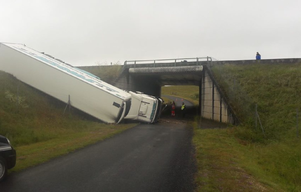 Lot: Chute sur l'A20! Le poids-lourd quitte l'autoroute et tombe sur une route en contrebas