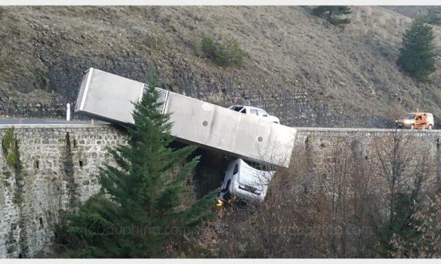 ARDÈCHE Veyras : un camion suspendu dans le vide sur la D104
