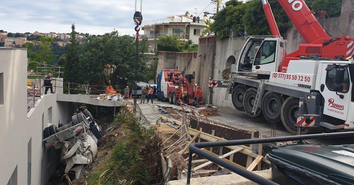 Trop lourd, le camion-toupie bascule dans le vide sur un chantier de Nice