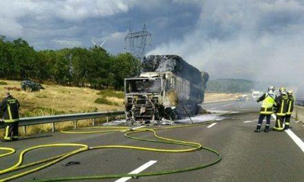 Un camion de paille prend feu sur la RN 145 et bloque la circulation à Lamaids (Allier)