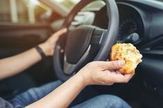 A-t-on le droit de manger au volant ?