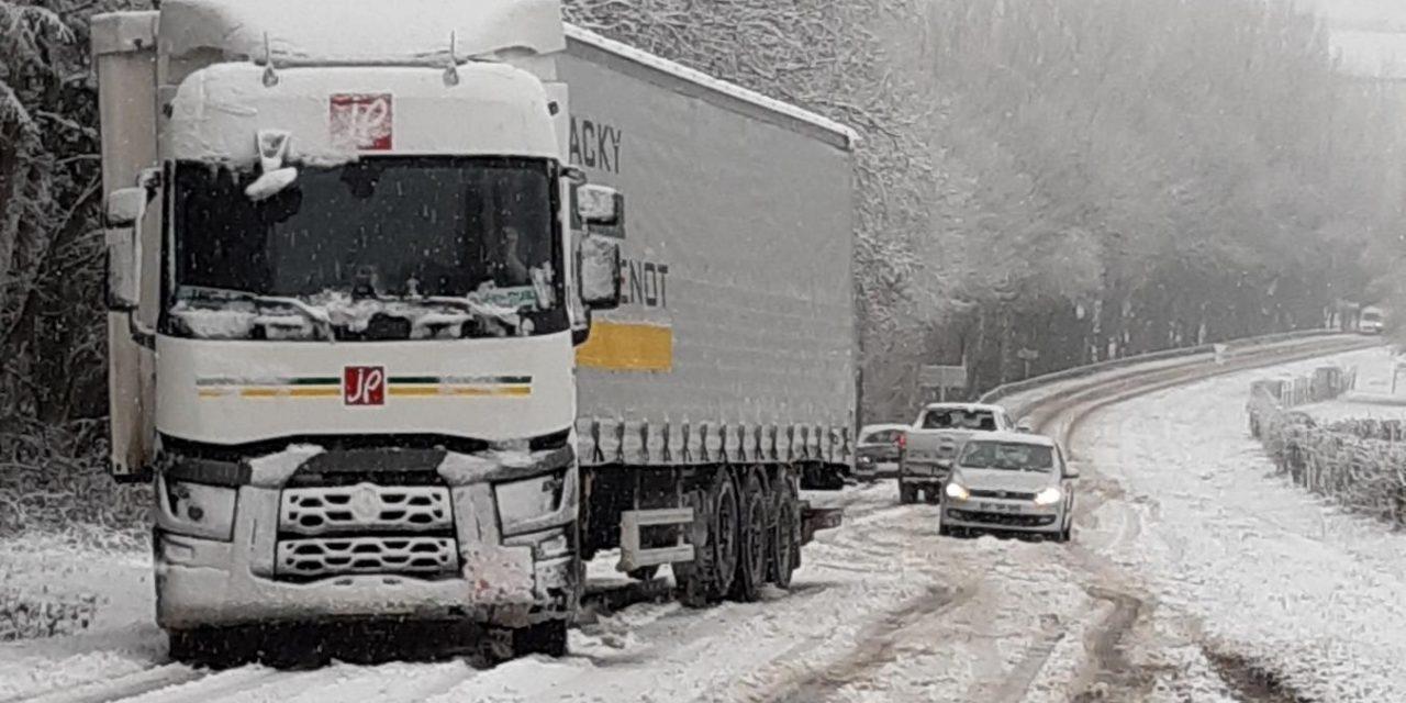 Un camion pris au piège par la neige à Marieux / Hauts-de-France