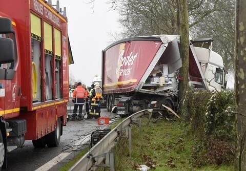 Près de Niort. Un camion s'encastre violemment dans un platane : la conductrice blessée