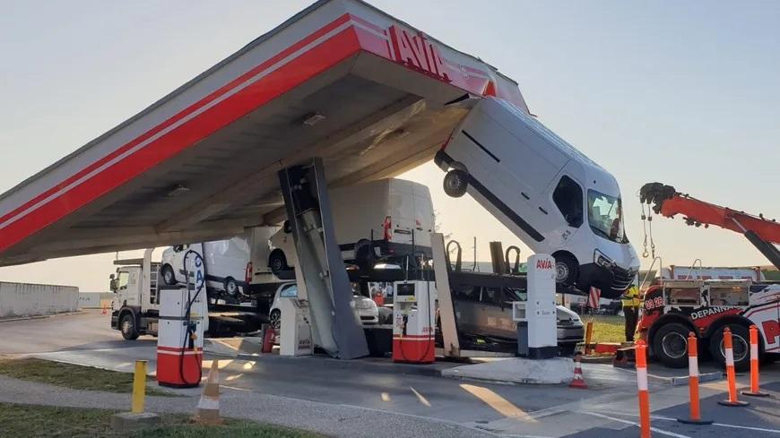 Marne : un camion s'encastre sous le toit d'une station-service sur l'autoroute A4