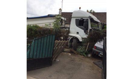Le chauffeur fait un malaise au volant, son camion traverse trois propriétés à Saulnot