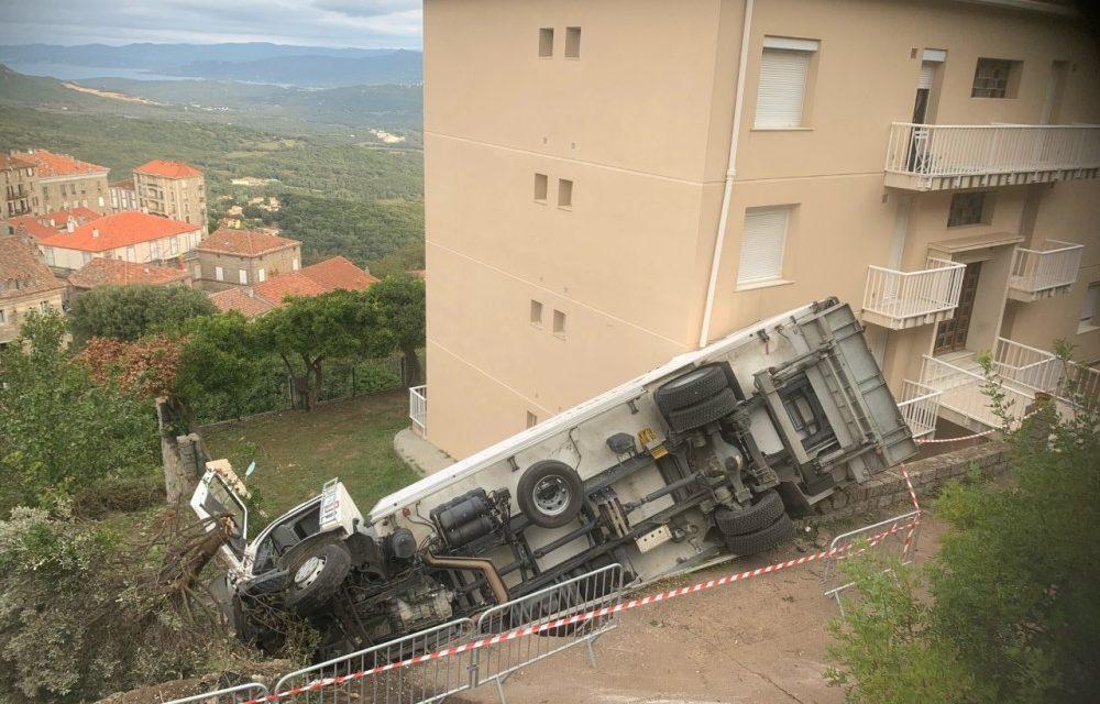 CORSE / La conductrice d'un camion frigorifique perd le contrôle de son véhicule