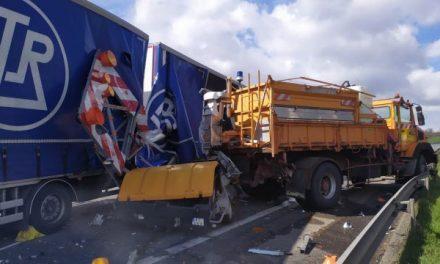 Un camion percute un véhicule de signalisation sur l'A72: le chauffeur s'en sort miraculeusement